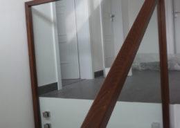 sklenene-zabradli-na-schodiste-s-drevenym-madlem_P1050977